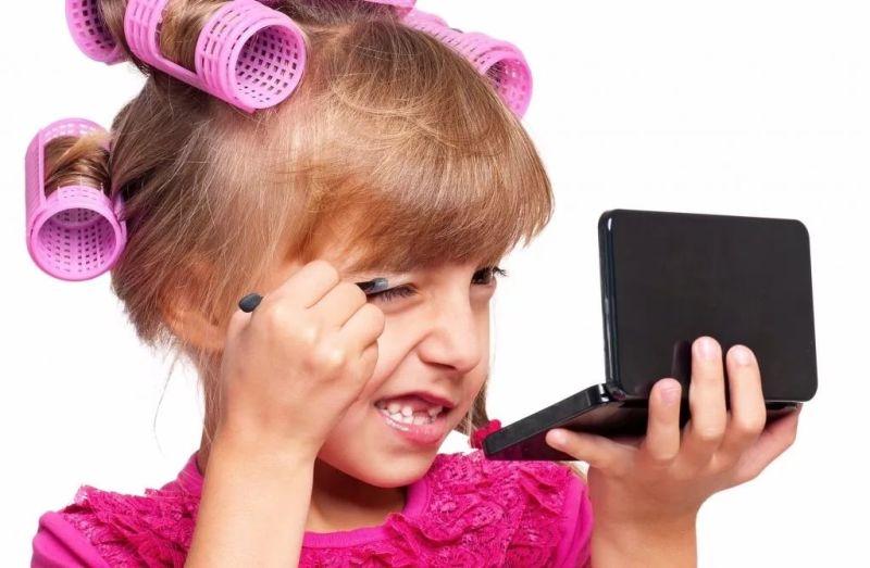 Девочка красится картинка